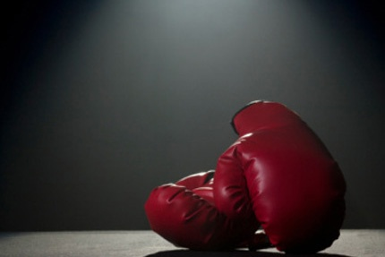 MAIN_120-spotlight_on_boxing_gloves_1